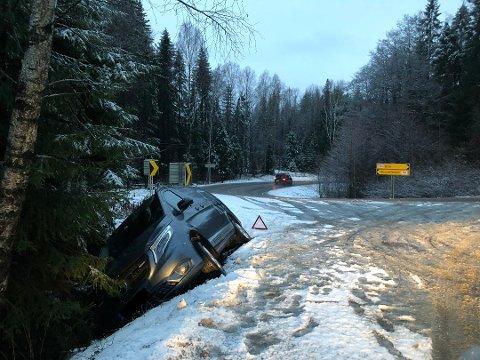 En bil kjørte av veien på fylkesvei 156 mandag morgen. Foto: Steinar Knudsen/Amta