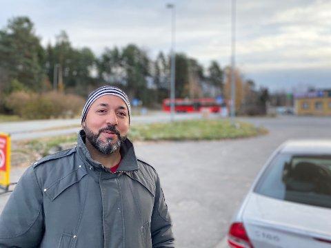 Nawfal Al-Musawi driver transportselskap med levering på Sofiemyr. Haner skeptisk til at busslommen fjernes.