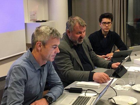 Nytt hovedutvalg: Einride Berg (A) (i midten) er leder for det nye hovedutvalget for teknikk og plan. Til venstre kommunalsjef for teknikk, samfunn og kultur, Nils Erik Pedersen.