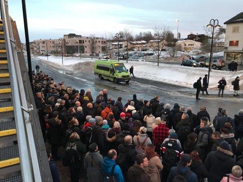 FULLT: Det er mange som venter på å ta buss for tog fra Vestby.