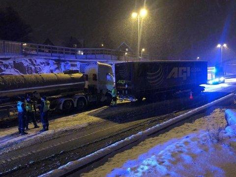 KOLLIDERTE PÅ E6: To vogntog kolliderte i Årumkrysset på E6 i Sarpsborg mandag kveld.