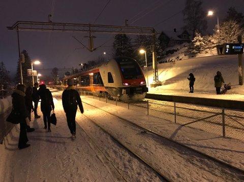 FORSINKELSER: Togproblemer ved Holmlia gir forsinkelser på Østfoldbanen onsdag. Her fra Solbråtan.