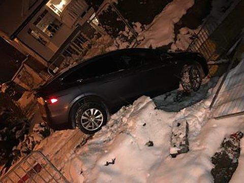 GLATT: Det var svært glatt i området der Teslaen havnet i et hull i veien på Greverud.