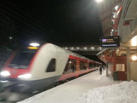 TAR TOGET: Flere tok toget på tampen av 2018 enn samme periode 2017.