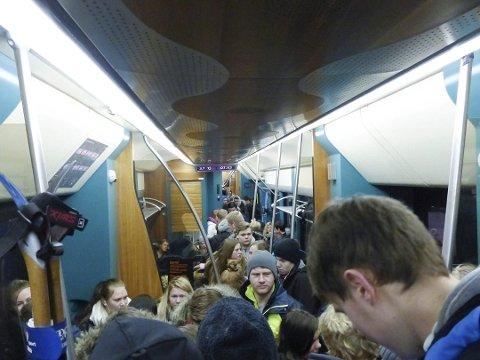 TRANGT: Det kan bli trangt på toget når flere tusen ungdommer skal til Oslo for å streike på fredag.