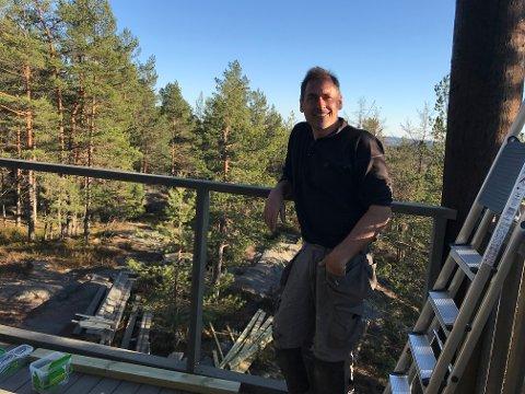 STOLT: Per Haukeland bruker all sin tid på å bygge folkets tårn på Grønliåsen i Oppegård. Her er han fotografert under dugnadsarbeid midt i påskeferien. Utrettelig står han på for å få tårnet ferdig til i sommer, og nå gleder han seg til å starte på de to siste avsatsene.