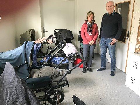 SKJERPER RUTINENE: Styrer Anne Lena Strømsborg i Kråkstad barnehage forteller at de nå skal bli flinkere til å dokumentere tilsynet med barna som sover. Det er banehagekonsulent Ketil Aldrin godt fornøyd med.