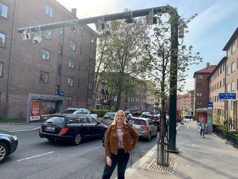 OM-BOM: Frps bystyrepolitiker Aina Stenersen varsler aksjoner mot de nye bomstasjonene i Oslo 1. mai. Her står hun ved en av de nye bommene som settes i drift på Carl Berner i juni.