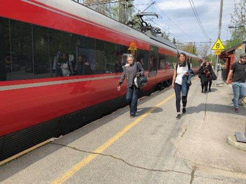 STOPP: Et tog sto på Greverud med tekniske problemer.