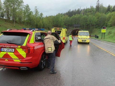 FULL UTRYKNING: Vanndamp fra en tømmerbil førte til full utrykning til Oslofjordtunnelen mandag.