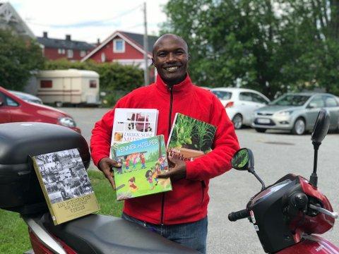 PÅ RUNDREISE: Mose Kefa Onchari reiser rundt i Follo og selger bøker. Her er han fotografert i Ski.