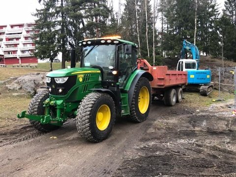 BLE RYGGET PÅ: Denne traktoren med henger ble rygget på av en semitrailer med trekkvogn i Ski mandag denne uken.