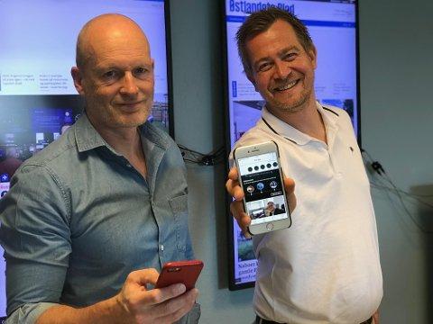 FORNØYDE MED APPEN: Ansvarlig redaktør Martin Gray og nyhetsredaktør Anders Nordheim Dahl i Østlandets Blad gleder seg til å få tilbakemeldinger fra leserne på den nye appen, som lar deg velge hva du skal lese.