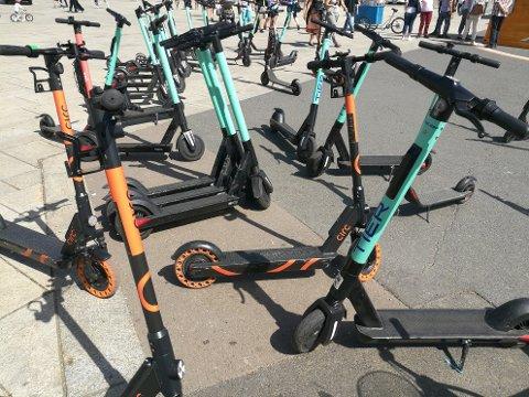 TILGJENGELIG: Det er ikke vanskelig å finne seg en elsparkesykkel. Men kan du egentlig reglene?