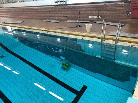 Forrige uke stengte bassenget på Sofiemyr etter at veggflisene begynte å løsne. Det kan ta opp mot fire måneder før Sofiemyr svømmehall åpnes igjen.