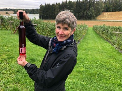 TIL FINALE: Åse Marit Thorbjørnsrud viser fram flasken med dessertvin som nå skal konkurrere om mer heder og ære i Stavanger. FOTO: Ole Jonny Johansen