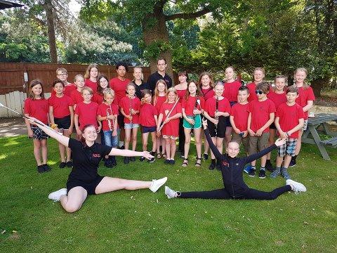 GLEDER SEG: Her er en gruppe av dagens medlemmer avbildet i forbindelse med korpsets sommertur til England i slutten av juni i år.