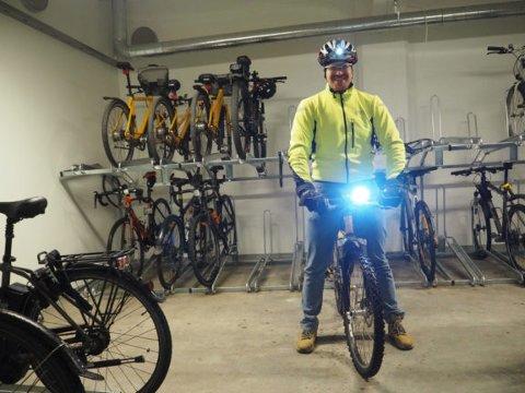 Kurt Ottesen i Statens vegvesen minner om at det ikke holder med hodelykt, det må også være lykt på sykkelen. (Foto: Henriette Erken Busterud).