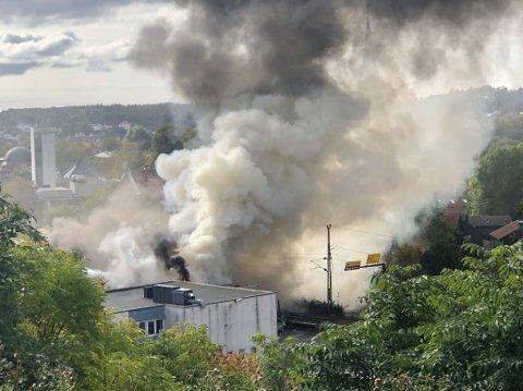 KRAFTIG RØK: Det brenner kraftig i bygningen klokken 12.30.