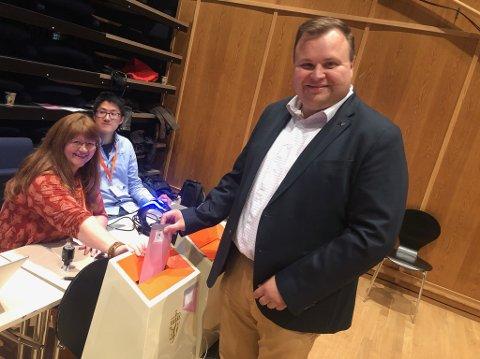 HØYTIDELIG: Årets stemmer til fylkesting og kommunestyre er avgitt av Thomas Sjøvold.