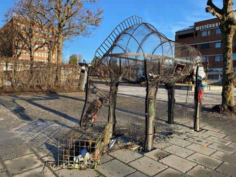 LITT PJUSK: Skulpturhesten «Skeidi» er et trist skue, der den står utbrent etter at noen satte fyr på plastsøplet i den i  helgen.