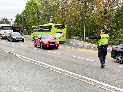 NOK EN KONTROLL: Gang på gang blir billister tatt for ulovligheter langs Mosseveien. Her ser du et bilde fra tirsdagens kontroll, hvor mange nok en gang ble tatt.