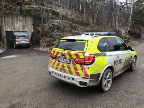 POLITIAKSJON: Politiet lette med store mannskaper etter biltyven eller biltyvene.