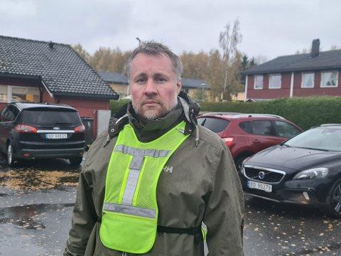 Christopher Røtnes er styreleder ved Myrsletta. Han er ute og leter lørdag kveld og oppfordrer alle som har mulighet til å gjøre det samme.
