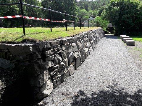 KULTURMINNE: Dette er ikke en vanlig steinmur, men grunnmuren til gamle Stubljan herregård.