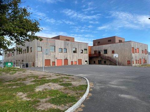 RAMMET: Hebekk skole har vært et av stedene som har blitt rammet av korona nylig.