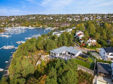 ULVØYA: Denne boligen, med kunstgressbane på terrassen, er nå til salgs på Ulvøya. Men du må ha tykk lommebok.