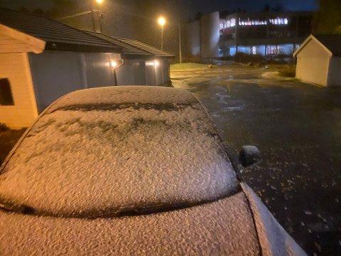 HVITT PÅ BILEN: Slik så det ut da ØBs frosne medarbeider stod opp i dag tidlig. Snøen har lagt seg på bilen, og det sludder og er gufsent i været. Ekspertene ber alle kjøre forsiktig, vise aktsomhet og ha riktige sko på bilen tirsdag.