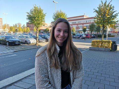 LEVER FINT MED TILTAKENE: Kristina Heldal (20) er fornøyd med NMBUs fokus på å få første gangs studenter under Korona tiden.