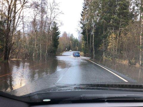 På Siggerudveien mellom Jørgenrud og Ski var det mye vann i vegbanen tirsdag ettermiddag.