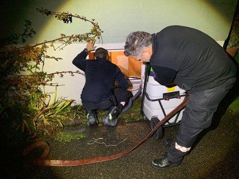 Vann i kjelleren: Slik så det ut da brannvesenet jobbet i Tverkjeglaveien mandag kveld.