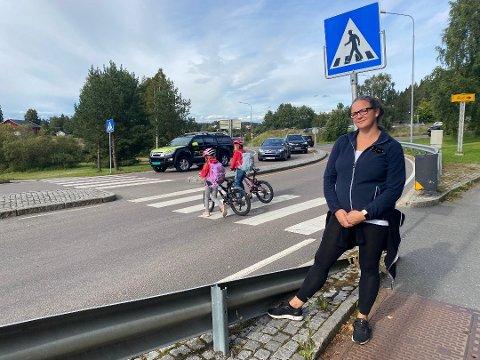 FARLIG: FAU-leder Eidi Norheim på Langhus skole er klar på at Bøhlerveien ikke er egnet til adkomstvei for flere boliger enn den allerede er. Foto: Bjørn Sandness