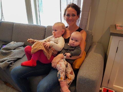 TO AV FIRE SKATTER: Lise Lotte Berge Ågedal er veldig, veldig glad i barna sine, men med hjemmeskole for tvillingene på 10, full jobb på hjemmekontor og to veldig små barn, trengte hun egentid da Norge stengte i mars. Det skulle bli livsendrende. Her er hun med (fra venstre) Solveig (2) og Astrid (1).