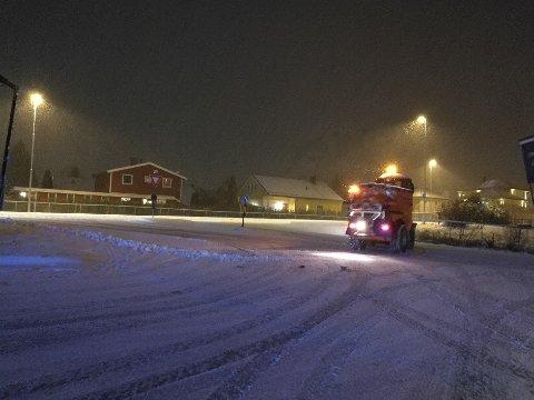 IKKE STÅ I VEIEN: Brøytemannskapene har mye de skal rekke over når snøen kommer, så ikke parkér langs offentlig vei, oppfordrer Nordre Follo kommune.