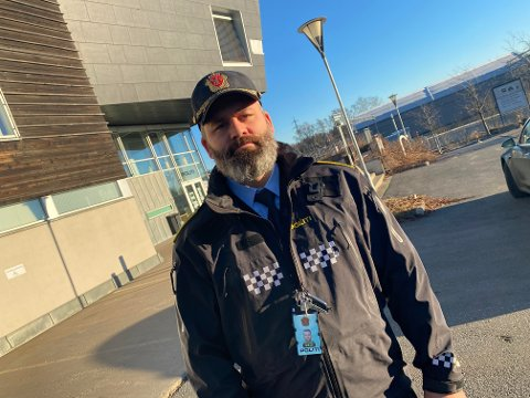 SER ALVORLIG PÅ SAKEN: Politioverbetjent Andreas Bjørnteig forteller at politiet ser alvorlig på denne saken, og ber publikum om hjelp.