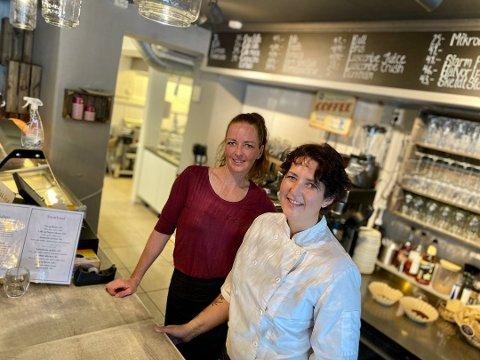 MÅTTE STENGE: Ingunn Ellingsrud (t.h.) og Unni Merete Kongsten i Café Sjarm har stengt kafeen i gågata etter at en av de ansatte testet positivt for korona.