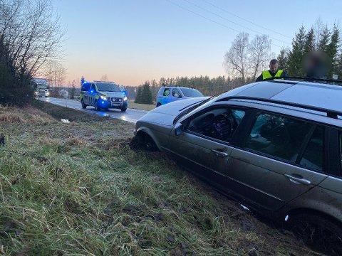 En bil havnet i grøfta på Sånerveien tirsdag morgen. Foto: Michael Aron Selbekk/Vestby Avis
