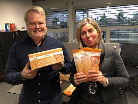 KOBBERMUNNBIND: Per Håvard Magelssen og Anne Egelund Stette selger tusenvis av kobbermunnbind om dagen.