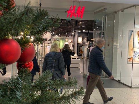 STENGER: I mars meldte klesgiganten Hennes & Mauritz at de permitterte over 60 prosent av de ansatte. Senere har de varslet nedleggelse av 250 butikker verden over. Nå varsler de nedleggelse av en av  sine to butikker i Nordre Follo.