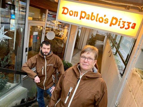 JOBBER PÅ SPRENG: Pablo Lopez gjør alt han kan for å redde avdelingen til Don Pablos Pizza i Askim. Sissel Andersen er spent på fortsettelsen. Hun har jobbet for Don Pablos i Askim siden 1983.