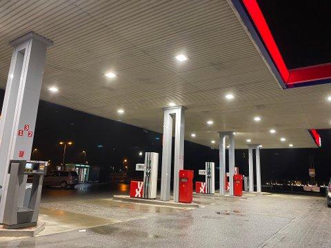FJERNET: Natt til torsdag var politisperringene på bensinstasjonen fjernet.