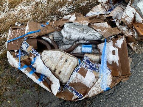 På gamle E18 ved Kråkstad har noen dumpet et lass med søppel. Søppellasset besto i stor grad av gamle bildeler, blant annet deler av minst et par eksosanlegg