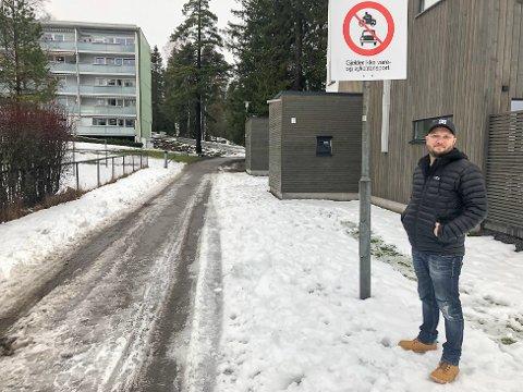 SNARVEI: Siden han flyttet hit i oktober, har Sigmund Brenna-Fossheim reagert på all biltrafikken på  gangveien fra Nybrottveien og opp til blokkene på Hebekk. Nå vil han at kommunen skal skilte om slik at bare nødetatene er unntatt for forbudet.
