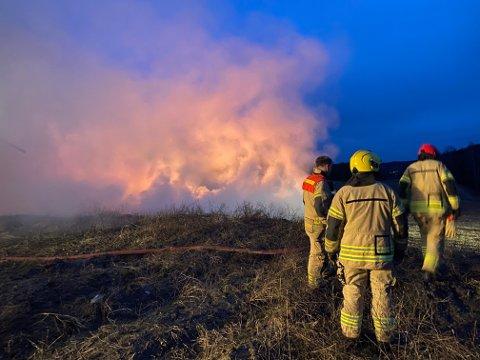 KRAFTIG: Det brenner kraftig i høyballene som ligger ute på et jorde.