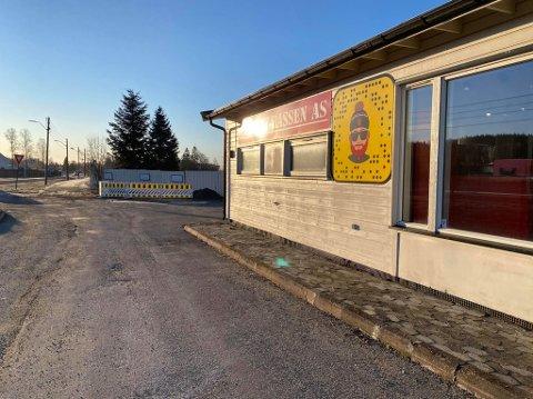 HER HAR DET SKJEDD: Det er på baksiden av det gamle gatekjøkkenet, som nå blant annet inneholder butikken Verktøy-Bassen på Sneissletta, at vannledningsbruddet har skjedd.