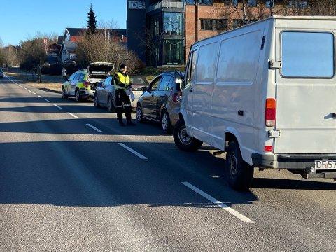 KONTROLLERTE: Politiet vinket inn mange bilister på Ullerudsletta i Drøbak.